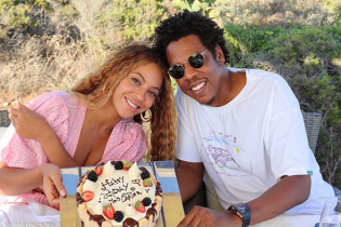 Без бюстгальтера и с мужем: Бейонсе в розовом костюме отпраздновала день рождения