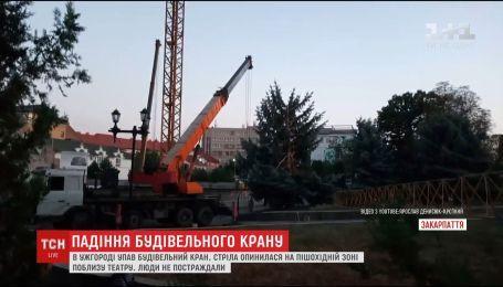 В Ужгороде на пешеходную зону упал огромный строительный кран