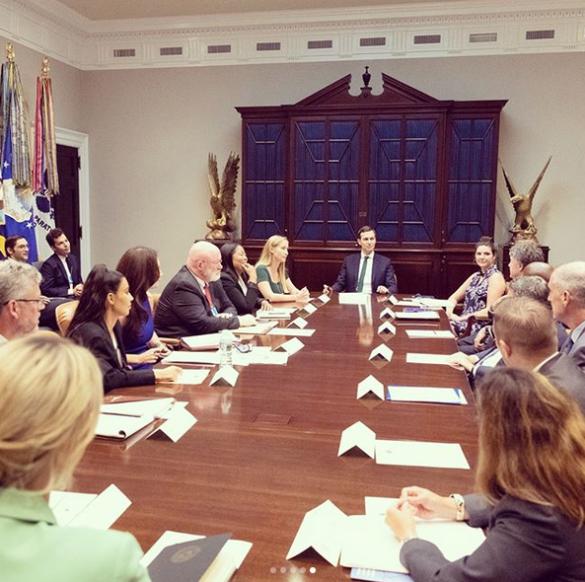 Иванка Трамп и Ким Кардашьян надели на встречу деловые костюмы_3