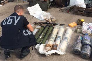 СБУ нашла склад гранатометов и реактивных двигателей в гараже на Днепропетровщине