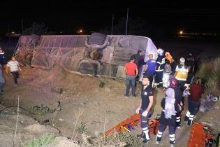 В Турции перевернулся пассажирский автобус: погибли шесть человек, 43 пострадали