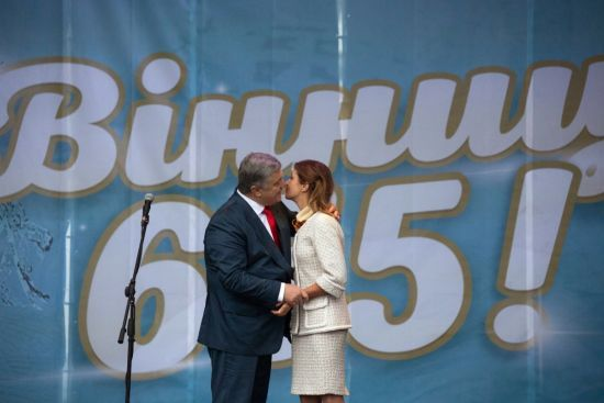 Битва хорів, рекордний герб та президентський поцілунок: кілька міст святкували дні народження