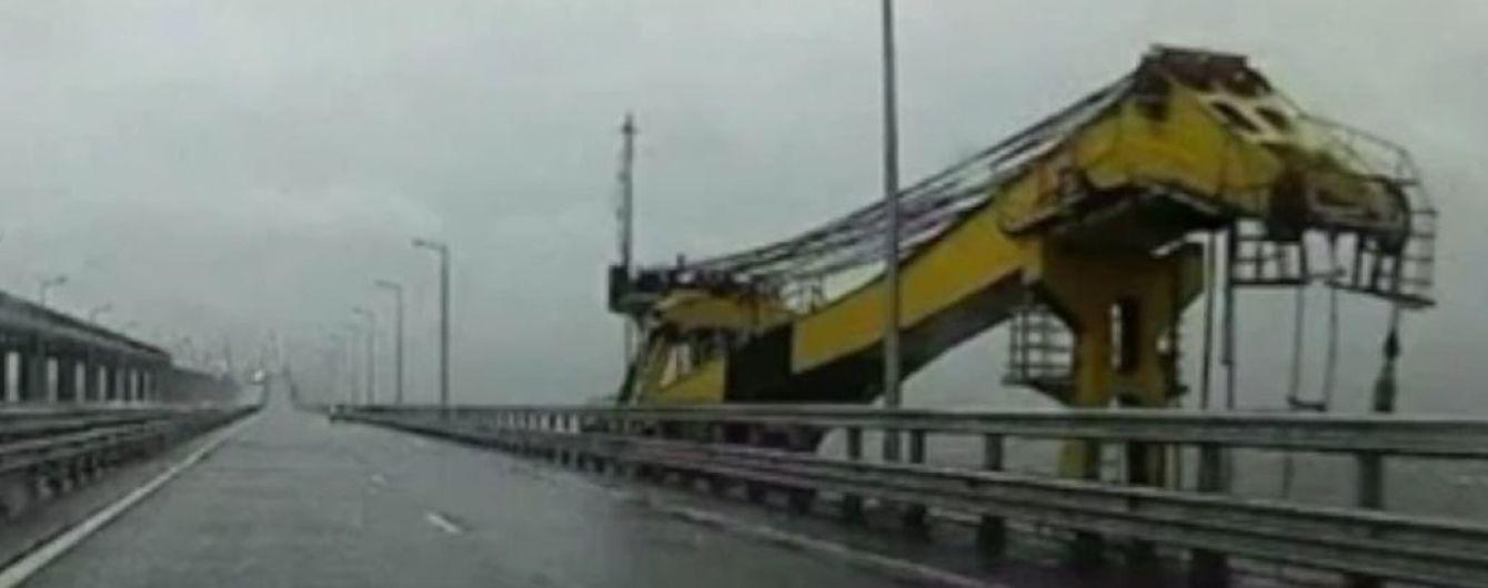 Появилось видео столкновения плавучего крана с Керченским мостом