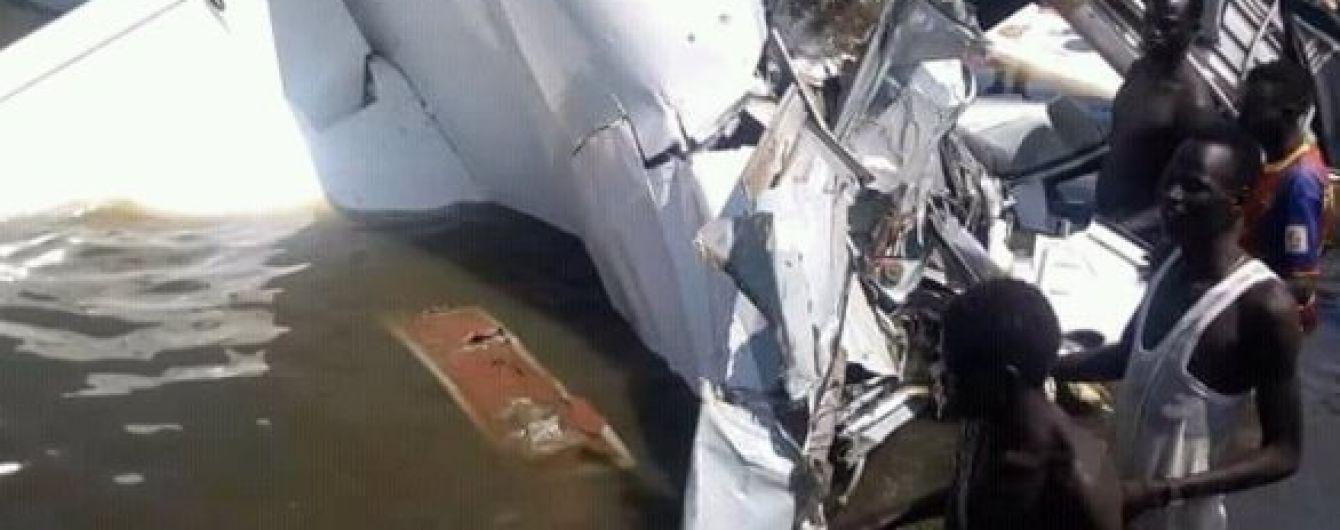 У Південному Судані літак впав у озеро - десятки загиблих