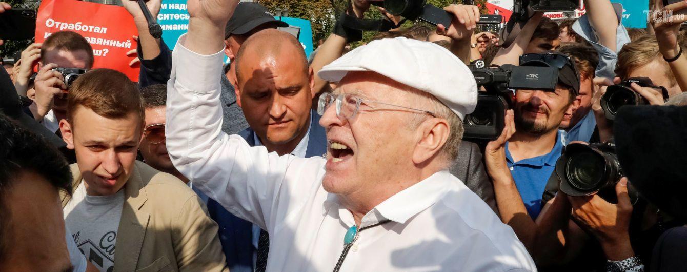 """Мітинги в Росії: Жириновський відлупцював протестувальника, який назвав його """"г*вном"""""""