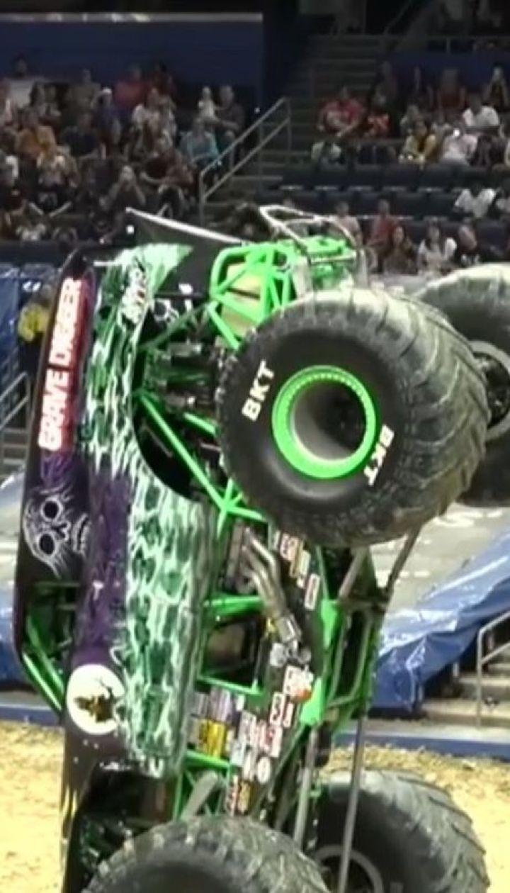 Неймовірний трюк: 21-річний гонщик поставив 5-тонний джип на передні колеса