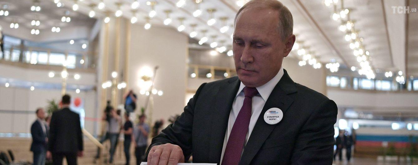 """""""Коли навіть урна в опозиції"""": соцмережі висміяли розмову Путіна зі скринькою для голосування"""