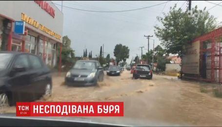 Внезапный ливень за несколько часов затопил улицы пригорода Афин