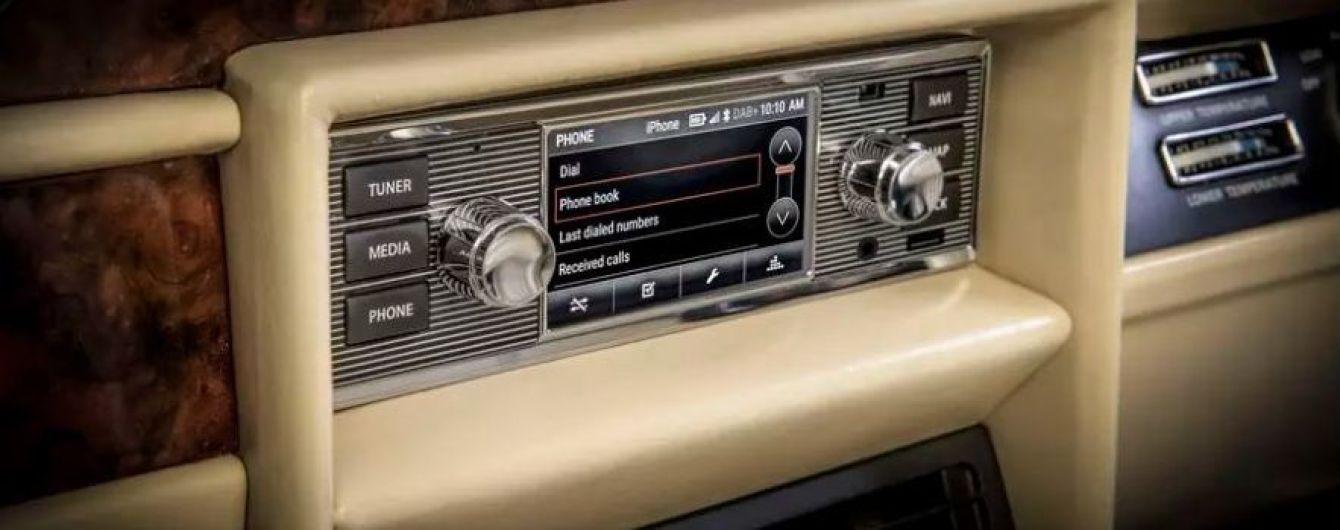 В компании Jaguar Land Rover создали историческую магнитолу с мультимедией