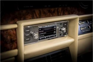У компанії Jaguar Land Rover створили ретро-магнітолу з мультимедією