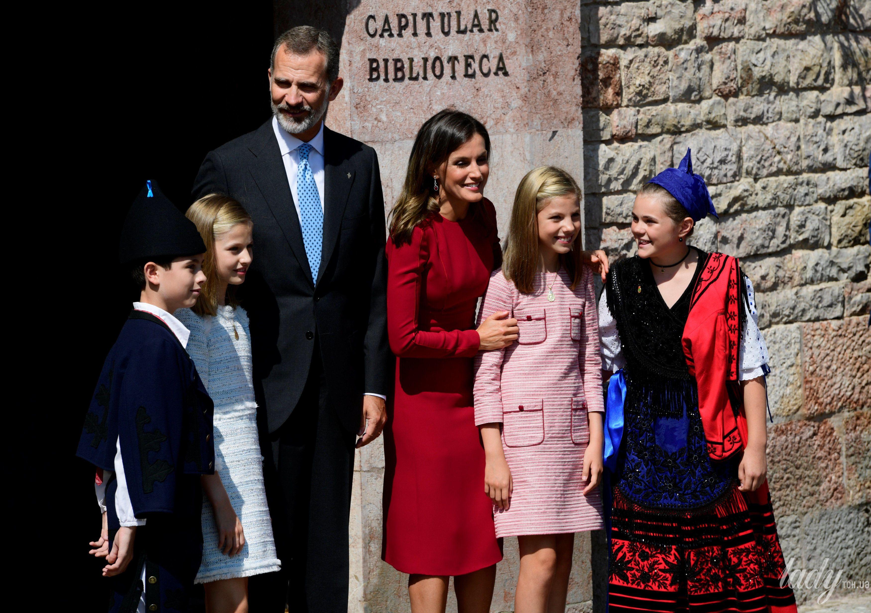 Испанская королевская семья: принц Филипп, королева Летиция, принцессы Леонор и София._6