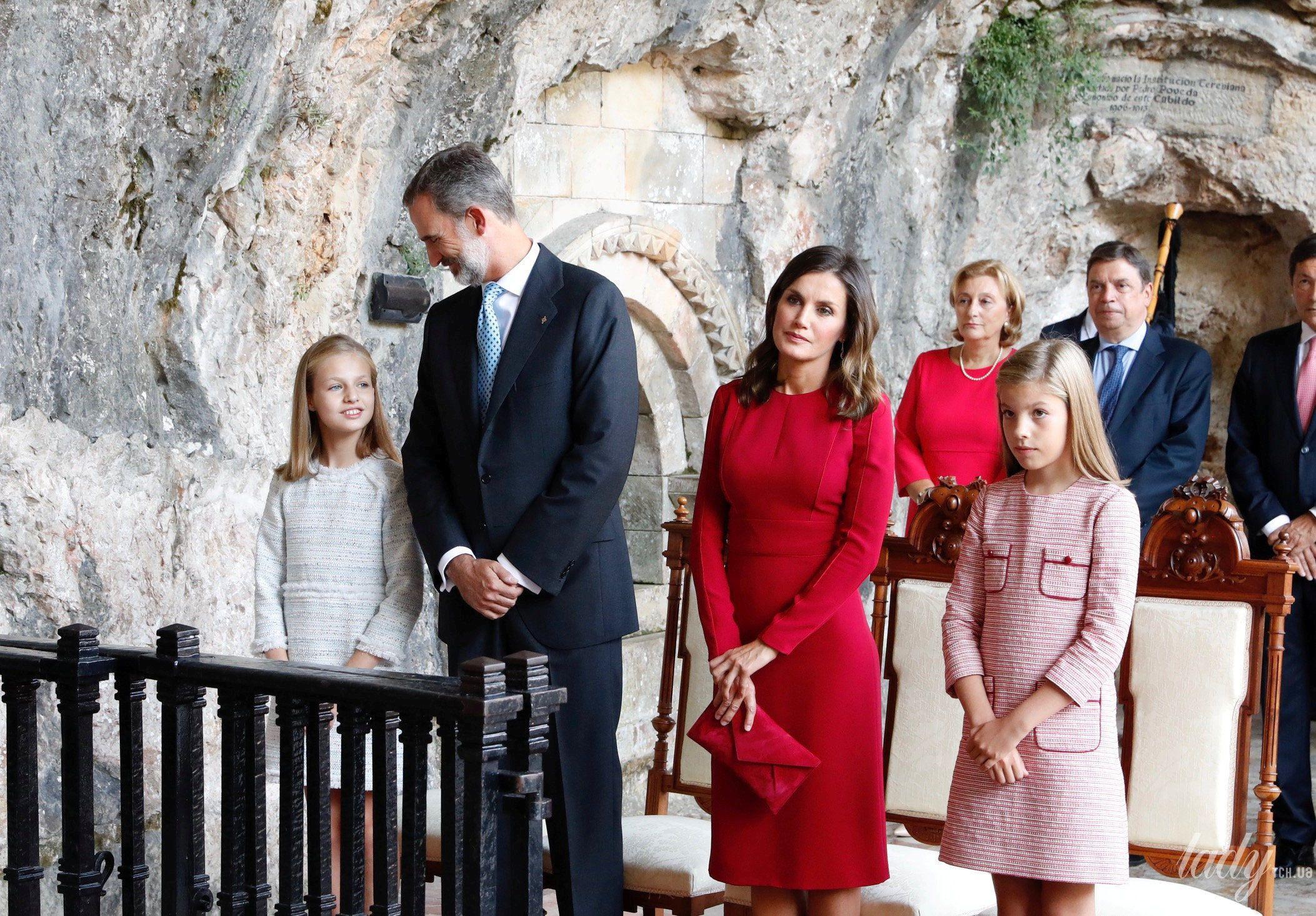 Испанская королевская семья: принц Филипп, королева Летиция, принцессы Леонор и София._10