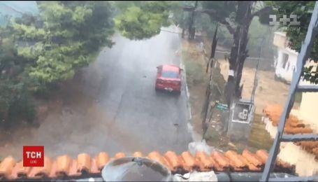 Повінь слідом за пожежею. По передмістю грецьких Афін вдарила раптова буря