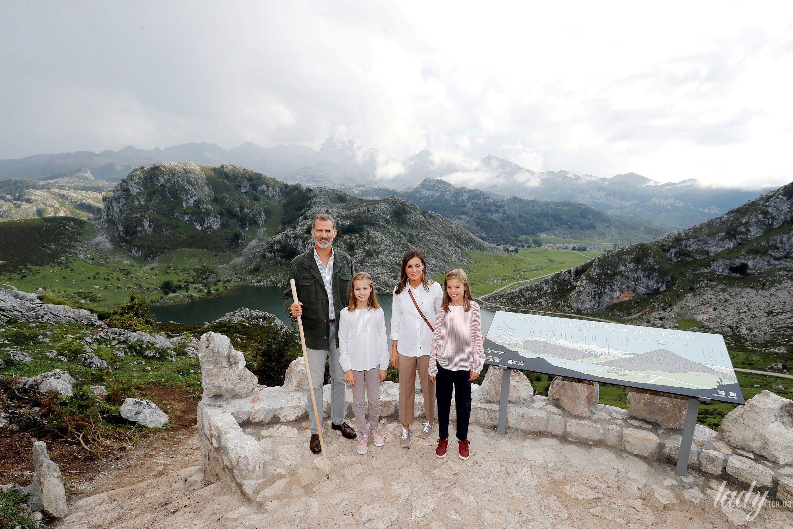 Испанская королевская семья: король Филипп, королева Летиция, принцессы Леонор и София_3