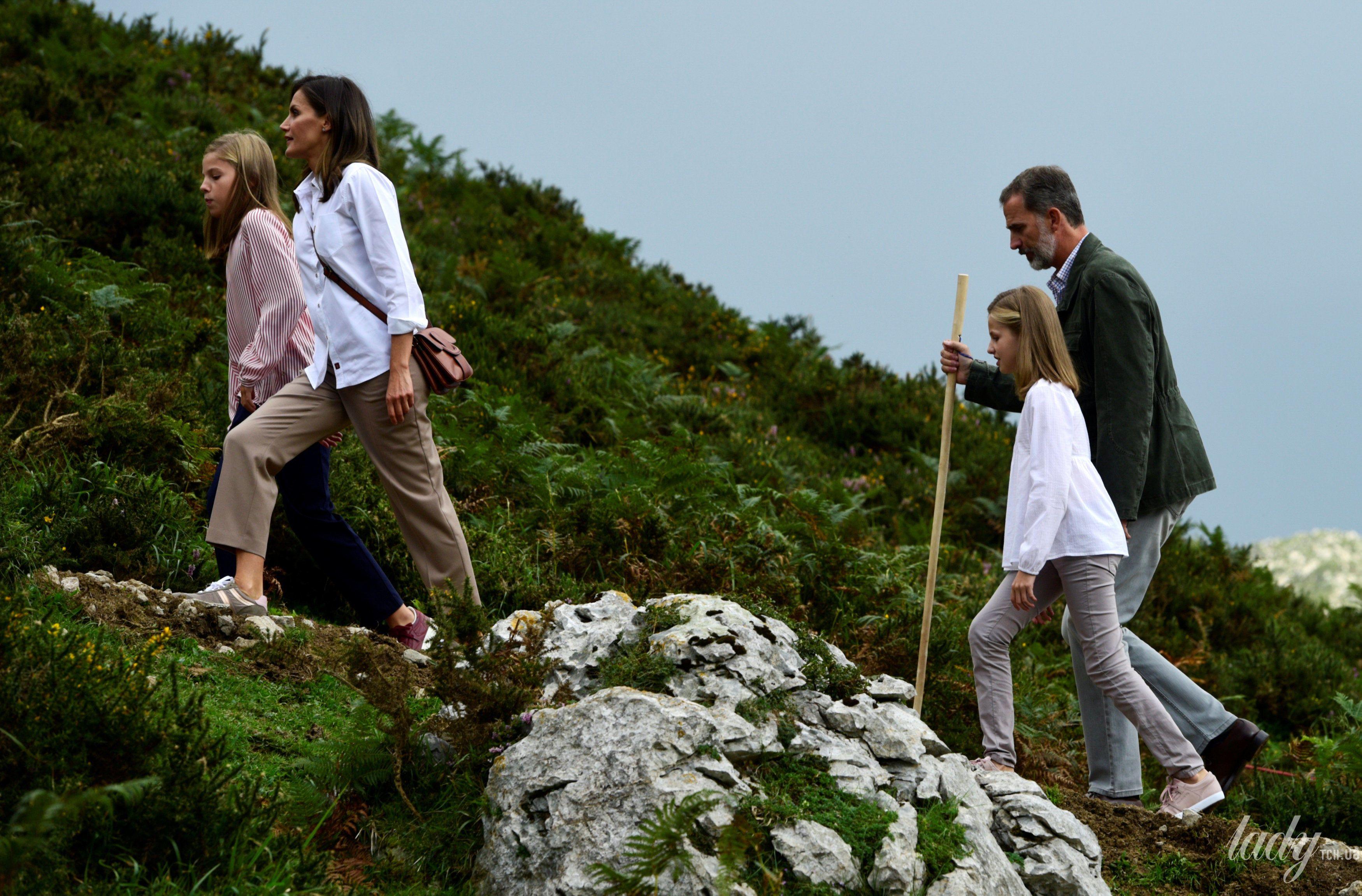 Испанская королевская семья: король Филипп, королева Летиция, принцессы Леонор и София_2