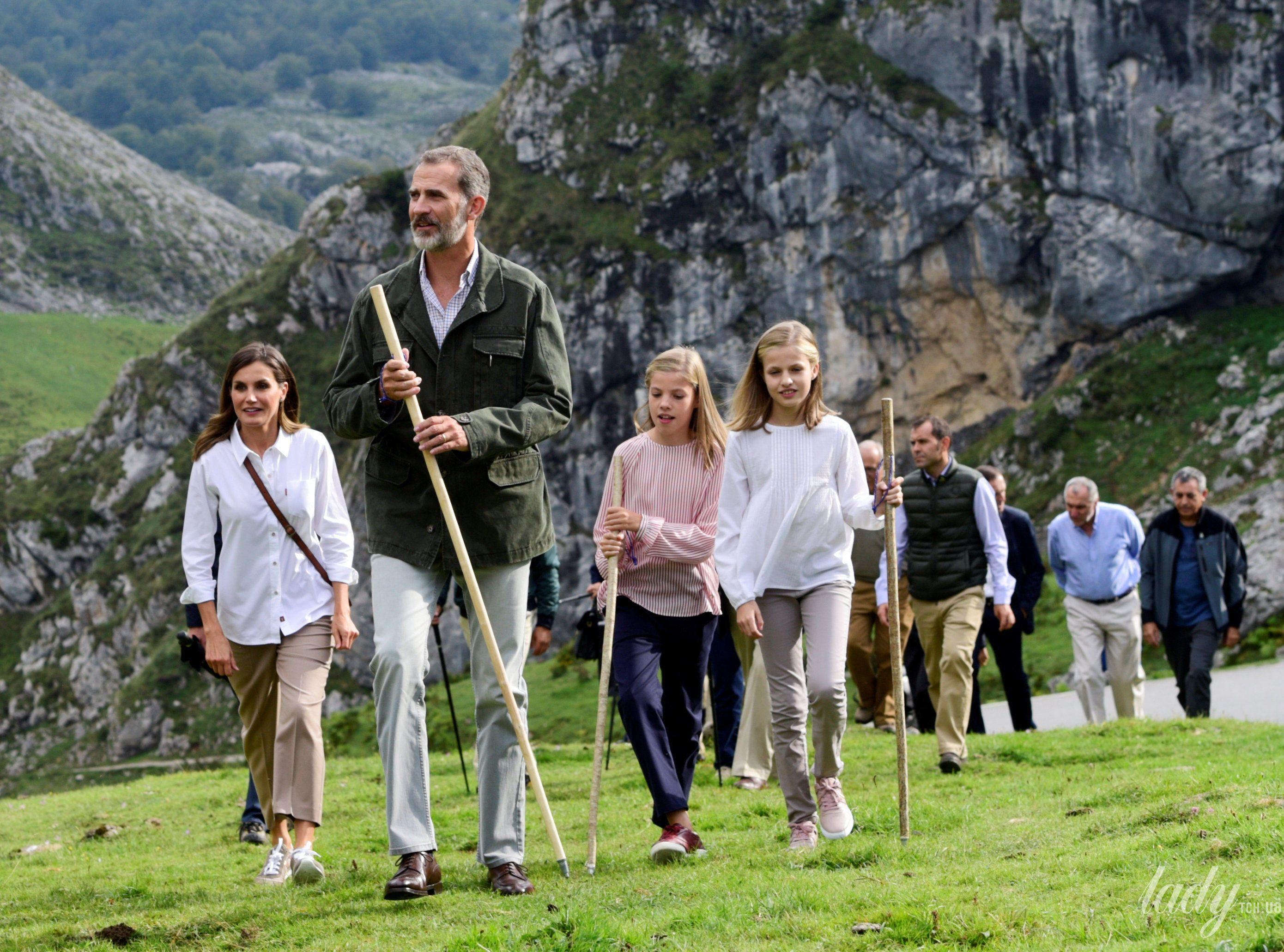 Испанская королевская семья: король Филипп, королева Летиция, принцессы Леонор и София_5