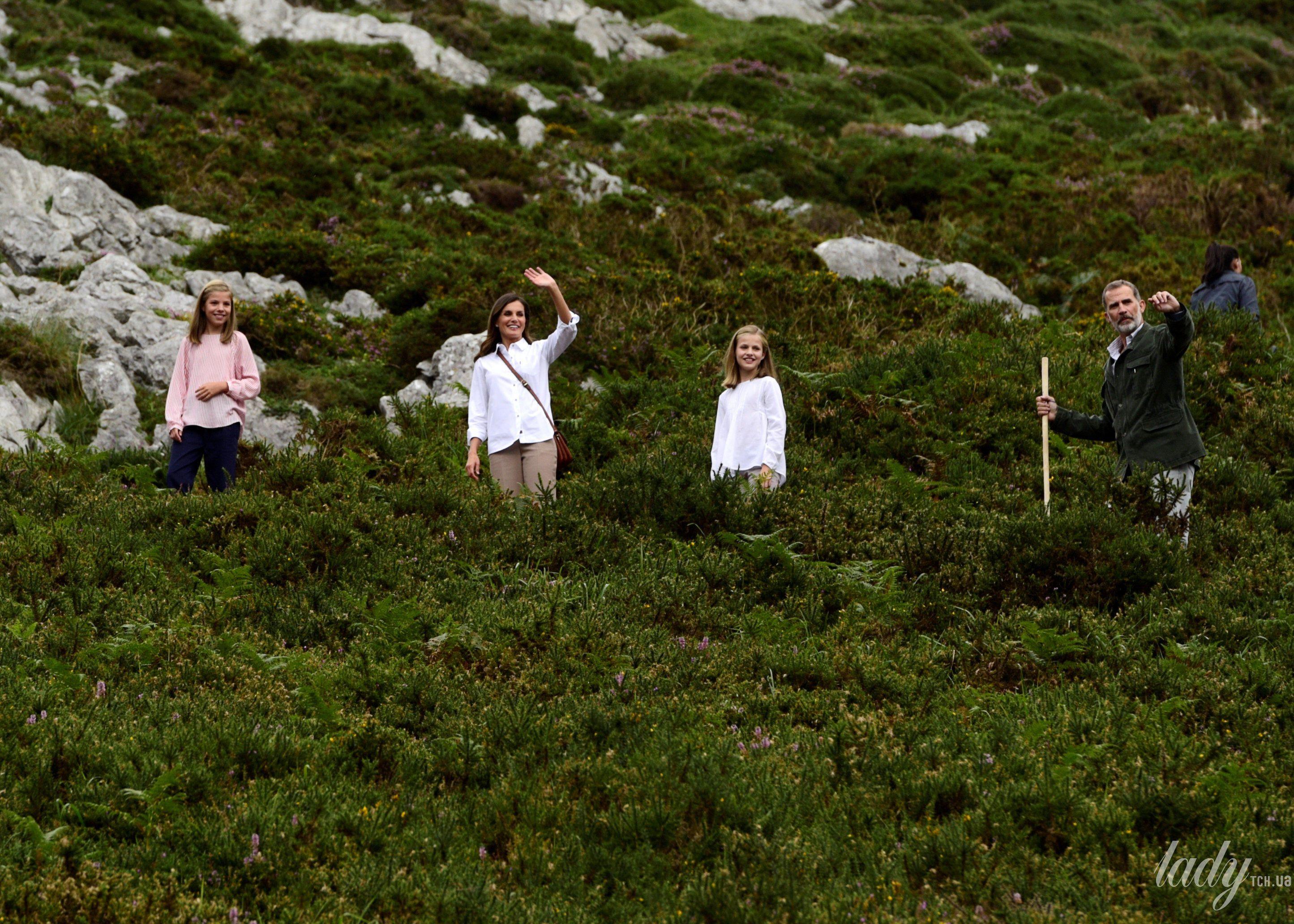 Испанская королевская семья: король Филипп, королева Летиция, принцессы Леонор и София_7