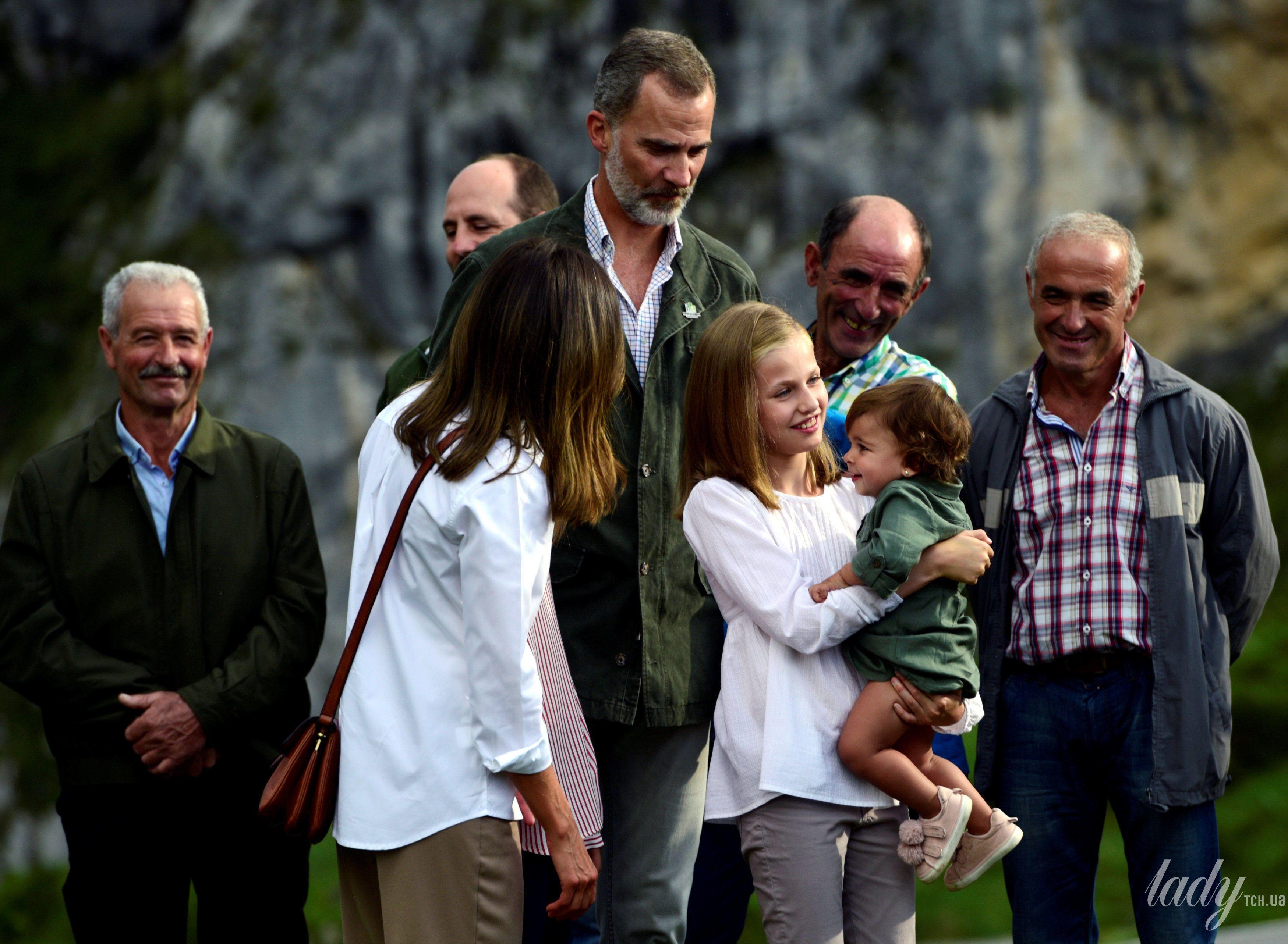 Испанская королевская семья: король Филипп, королева Летиция, принцессы Леонор и София_9