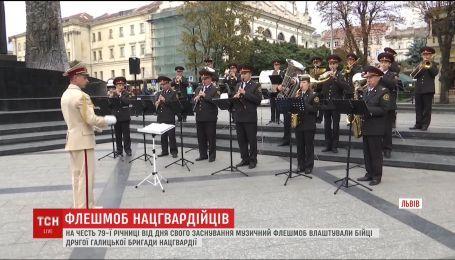 Праздничный флешмоб в центре Львова устроил оркестр второй Галицкой бригады Нацгвардии