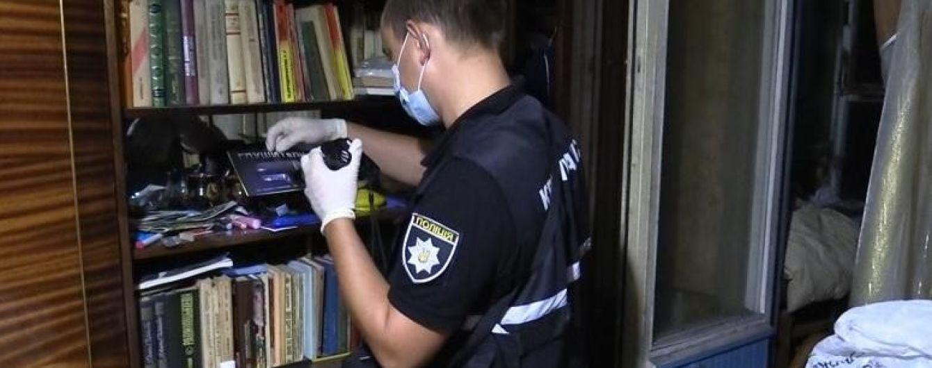 У Києві вбивця намагався заховатись від копів під диваном у жертви вдома