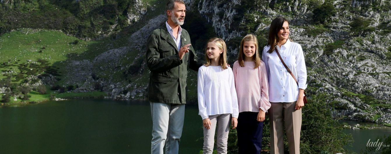 Элегантные даже в походе: королева Летиция с мужем и дочерьми сходили в горы