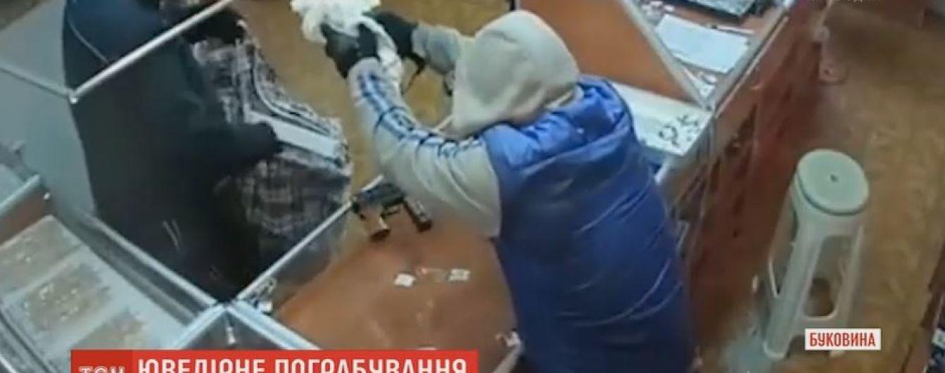 На Буковине ищут двух воров, которые нагло обчистили ювелирку