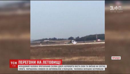 Во Франции водитель протаранил двери терминала и выехал на территорию аэропорта