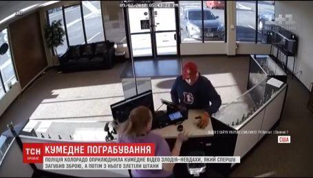 Без штанів та зброї: поліція Колорадо оприлюднила кумедне відео злодія-невдахи