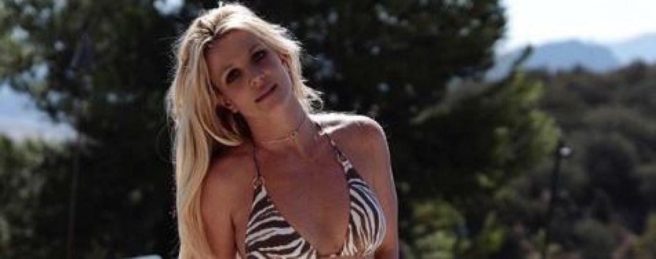 Грайлива Брітні Спірс показала підтягнуту фігуру у купальнику