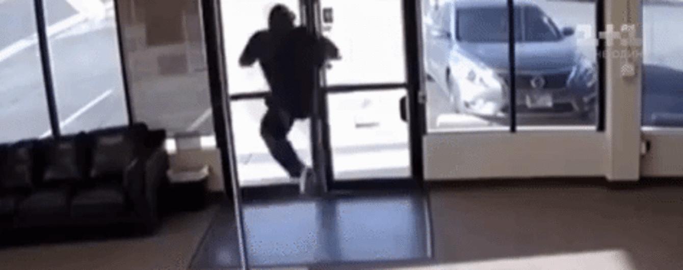 У США грабіжник-невдаха загубив зброю, а потім у нього ще й спали штани