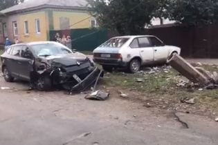 В Прилуках пьяный сын мэра сбил столб, обесточив дома местных жителей