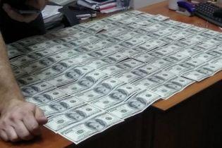 На Чернігівщині впіймали прокурора на хабарі за повернення машини