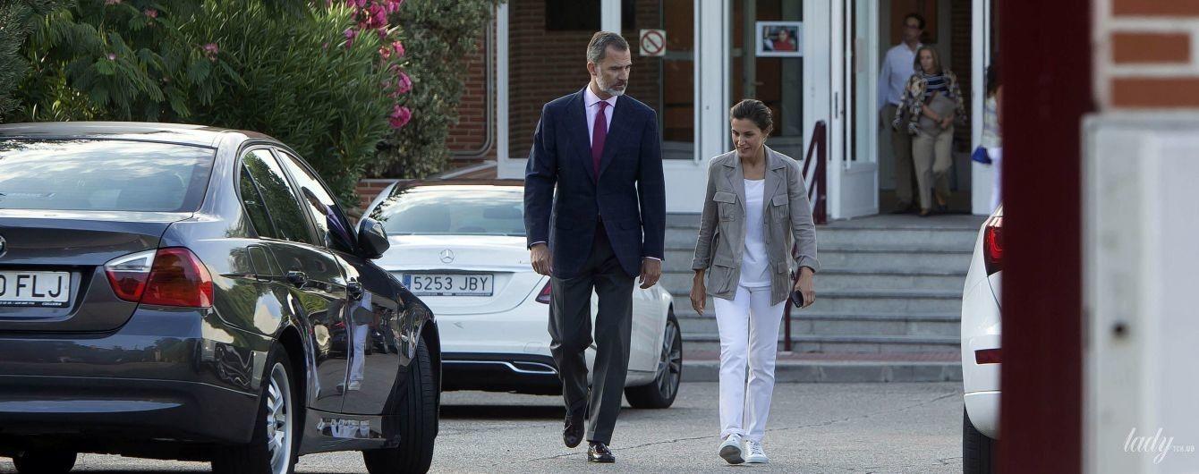Лично и без охраны: король и королева Испании отвезли дочерей в школу в первый учебный день