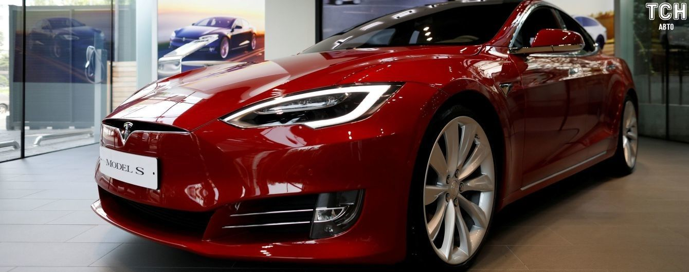 Стало відомо, які кольори електрокарів Tesla стануть платними