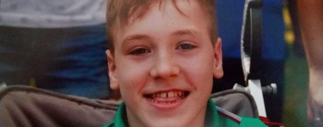 12-річному Антону потрібен штучний суглоб, щоб перестати жити з болем