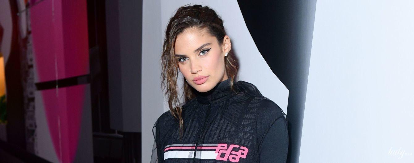 """В велосипедках и с розовым клатчем: """"ангел"""" Сара Сампайо на модном мероприятии"""