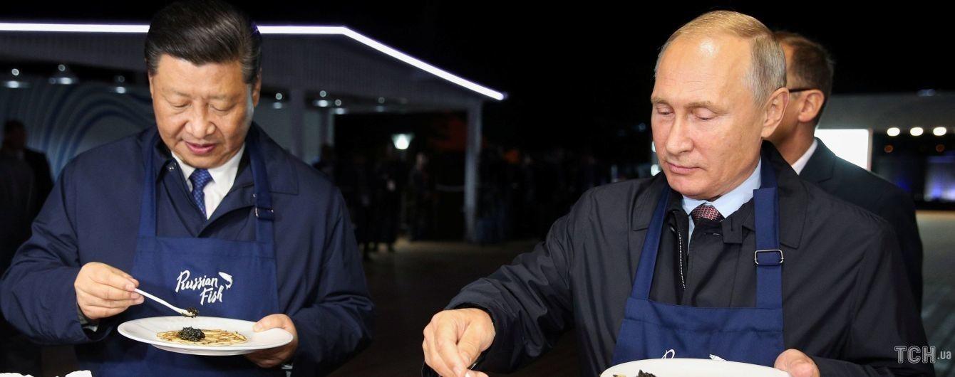 Путін і Сі Цзіньпін приготували млинці з ікрою під час перемовин у Владивостоці. Фото