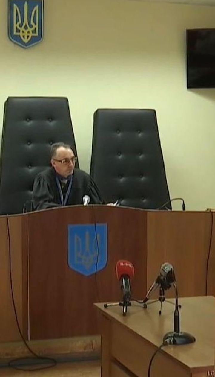 Суд посадил под круглосуточный домашний арест депутата, который морил сына голодом