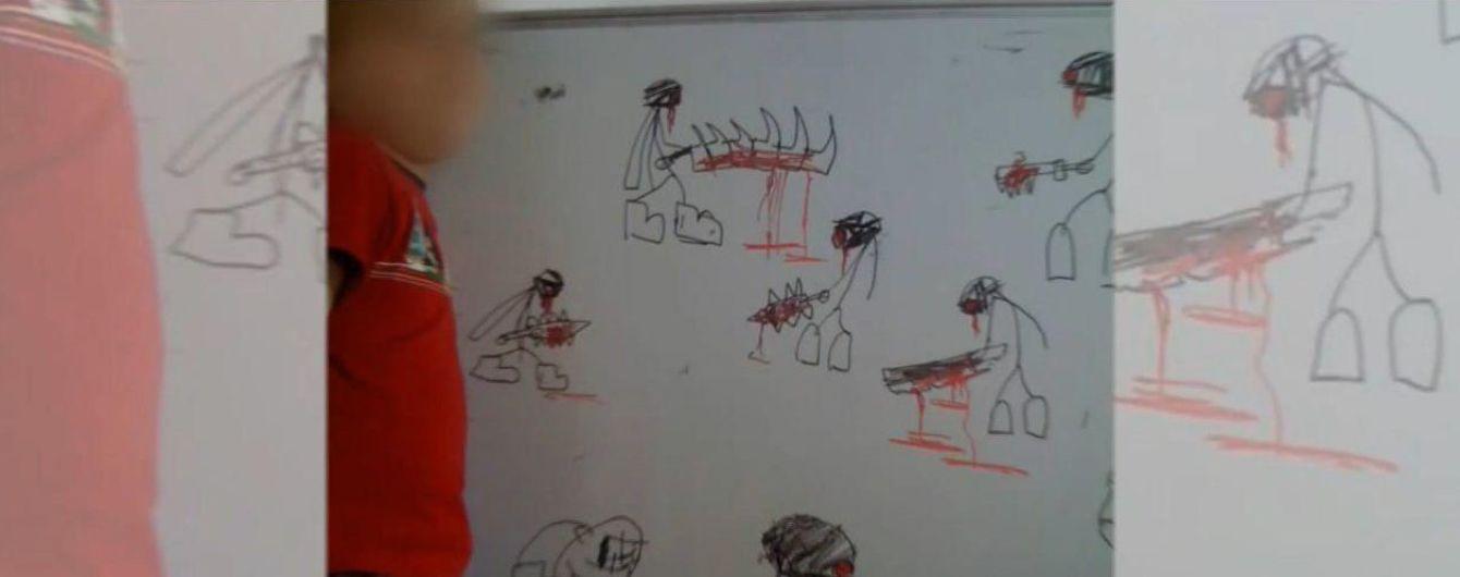 Школяр, який пробив стільцем голову вчительці і проштрикнув її ножицями, малював криваві малюнки