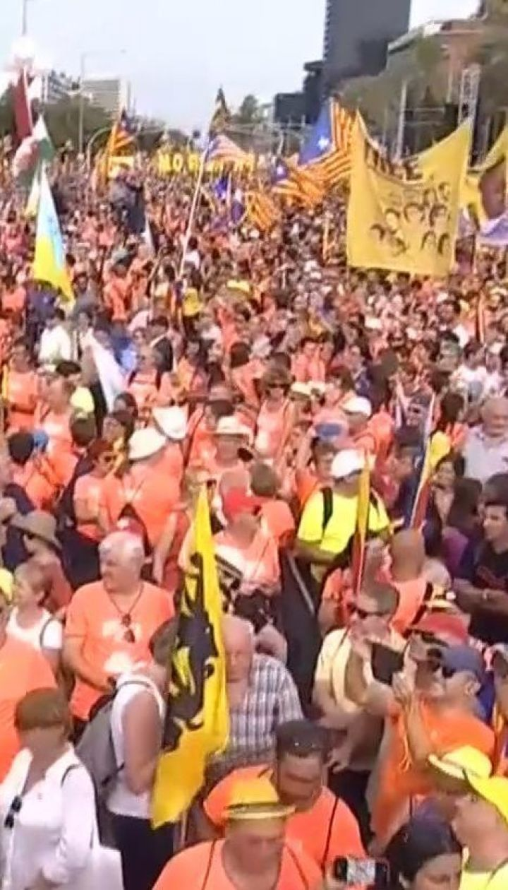 Сотни тысяч людей вышли на улицы Барселоны требовать независимости от Испании