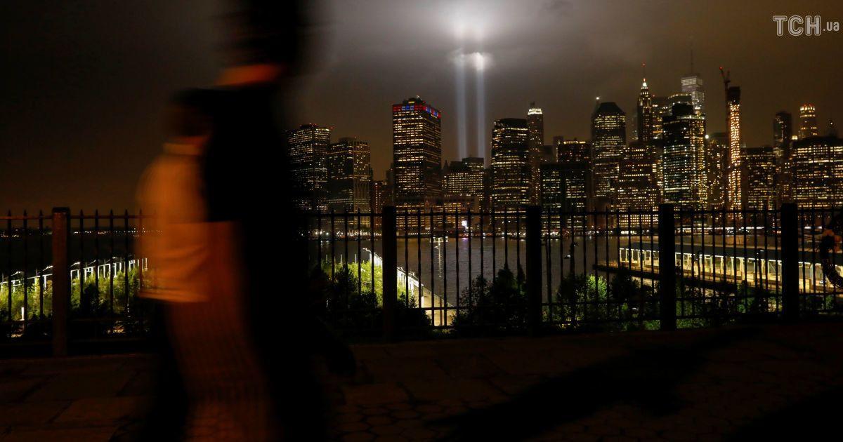 Небесні башти: у Нью-Йорку спалахнули величезні світлові промені на місці веж-близнюків