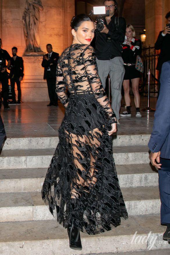 Показала все: Кендалл Дженнер пришла на вечеринку в прозрачном платье