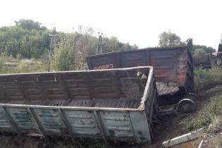 На Харківщині вантажні вагони протаранили електричку і перекинулись
