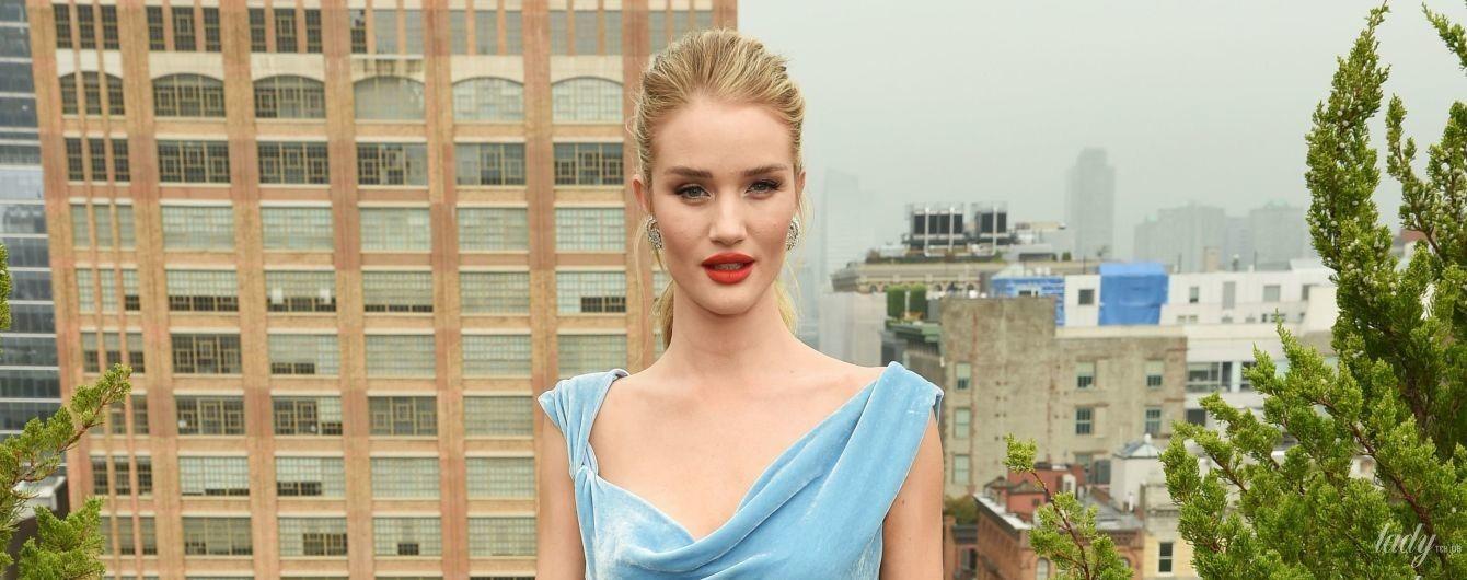 В голубом бархатном платье и с алой помадой: роскошная Рози Хантингтон-Уайтли на модном показе