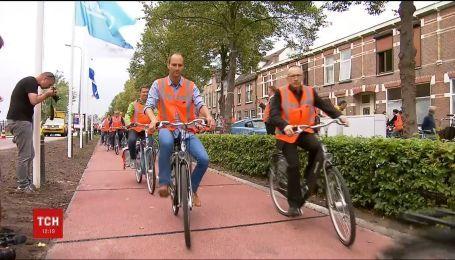 У Нідерландах встелили дорогу переробленими пластиковими пляшками