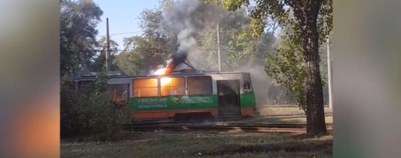 В Запорожье на остановке загорелся трамвай