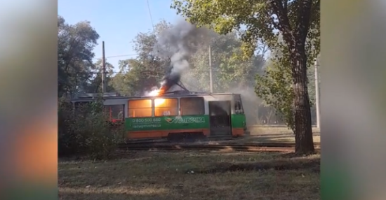 У Запоріжжі на зупинці спалахнув трамвай