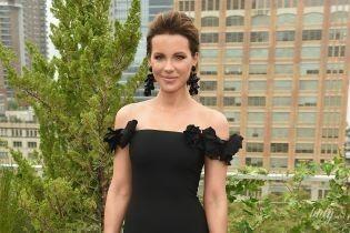 С обнаженными плечами и в красивых серьгах: элегантный образ Кейт Бекинсэйл