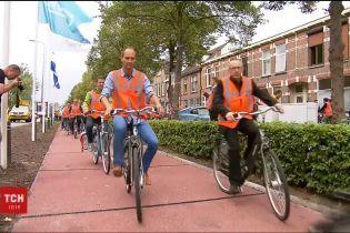 У Нідерландах встелили дорогу з перероблених пляшок