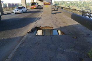 В Запорожье маршрутка проломила мост над Днепром